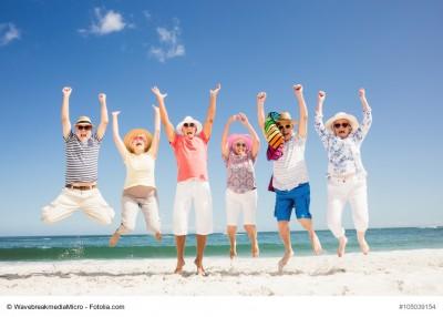 Senioren jubeln am Strand