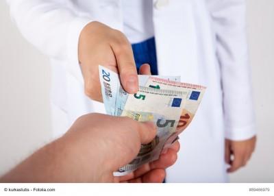 Arzt nimmt Geld entgegen