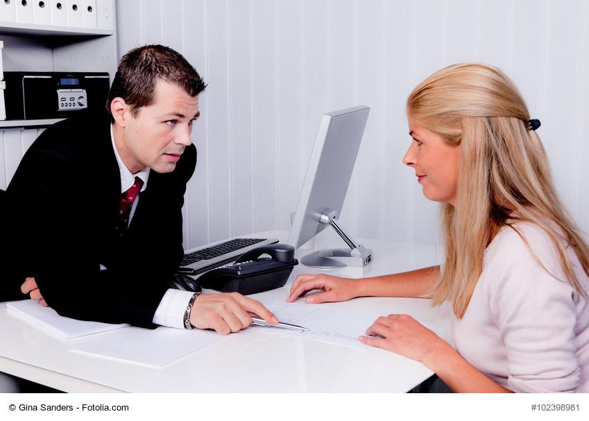 Mann und Frau bei einem Beratungsgespräch,