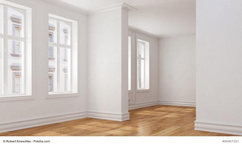 Leerer Raum mit Durchgangszimmer in einer Eigentumswohnung