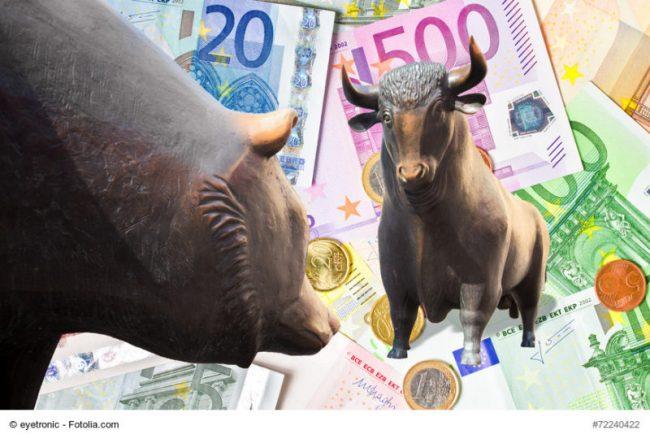 Bulle und Bär mit Geldscheinen im Hintergrund