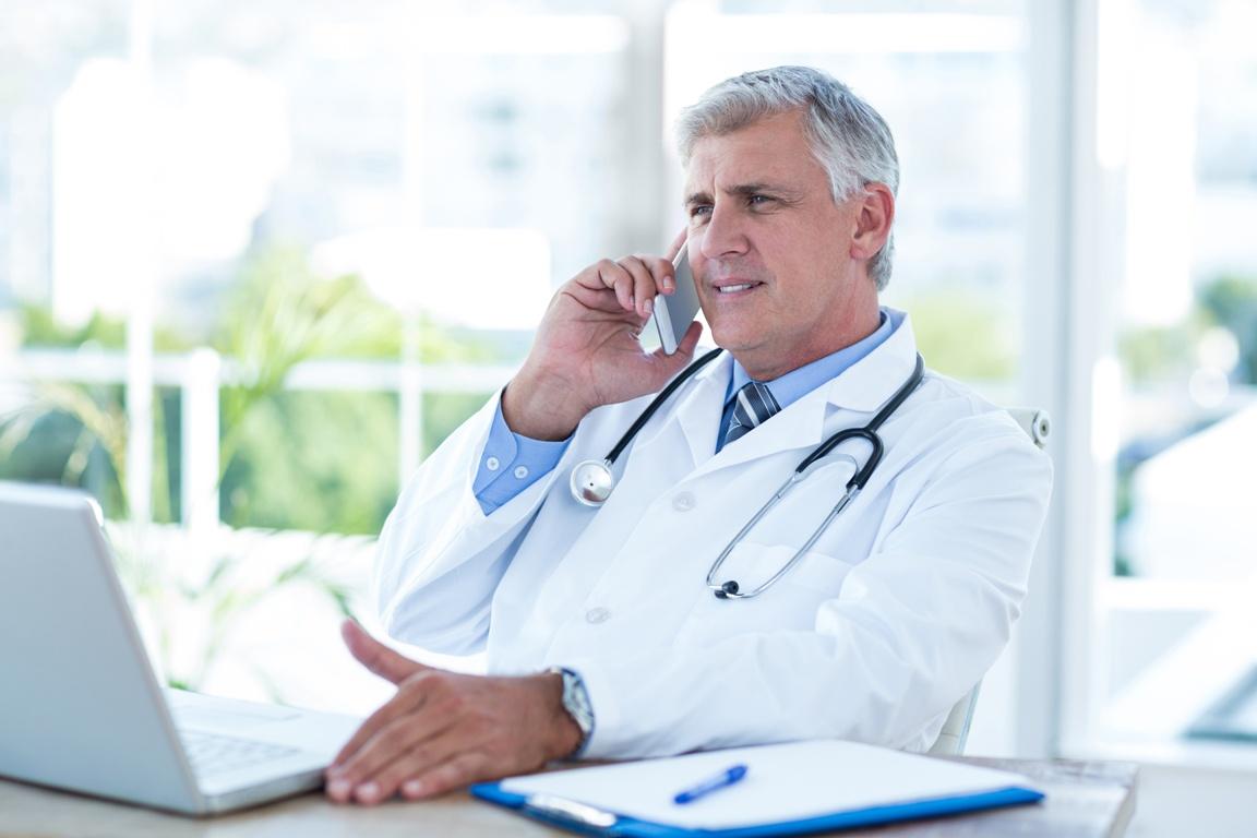 Arzt telefoniert