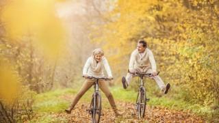 Senioren fahren durch Herbstlandschaft Fahrrad