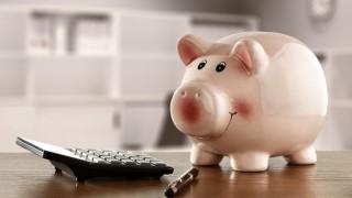 Sparschwein neben Taschenrechner