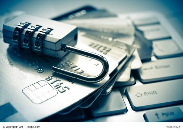 Schloss auf Haufen von Kreditkarten