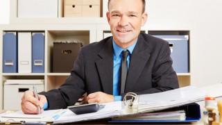 Steuerberater mit Akten und Taschenrechner