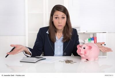 Frau im Büro - Arbeit in der Finanzbuchhaltung