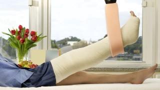 gebrochener Fuß eingegipst