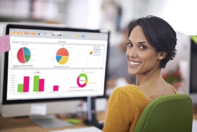 Frau schaut auf Bildschirm mit Grafiken