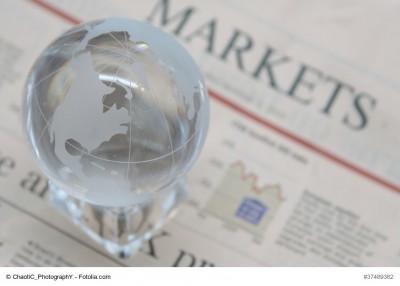 Weltkugel auf Zeitung mit Börsennachrichten