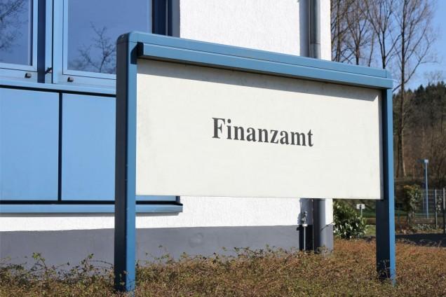 Eingangsschild Finanzamt