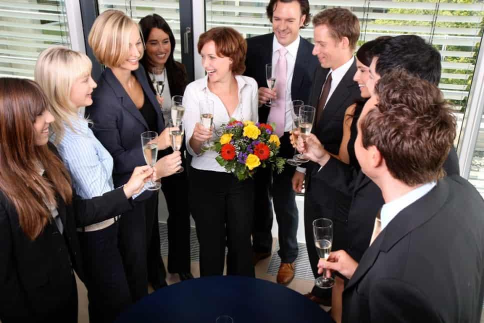 Mitarbeiter einer Firma feiern