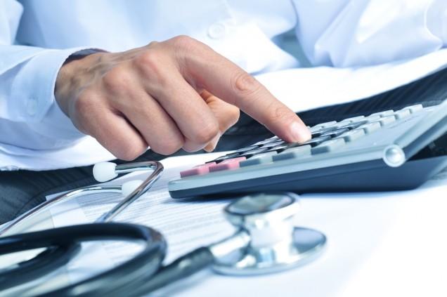 Arzt kalkuliert Kosten