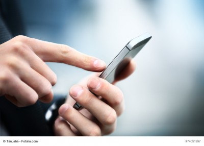 Zeigefinger, der auf ein Smartphone tippt