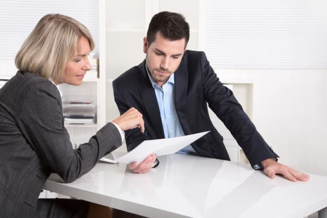 Mann und Frau bei Bankberatung