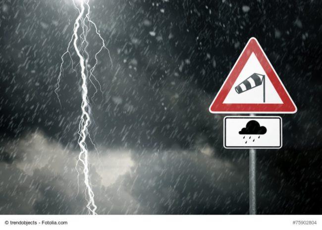 Sturm-Warnung-Schild und Gewitter
