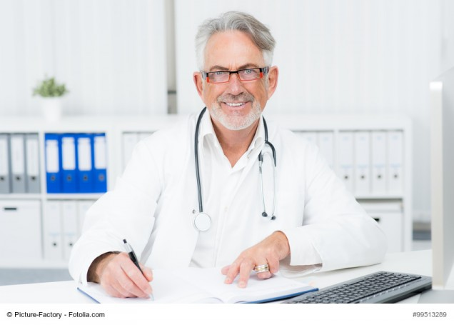 aufmerksamer freundlicher Arzt schreibt etwas auf