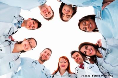 Ärzte eines MVZ bilden einen Kreis