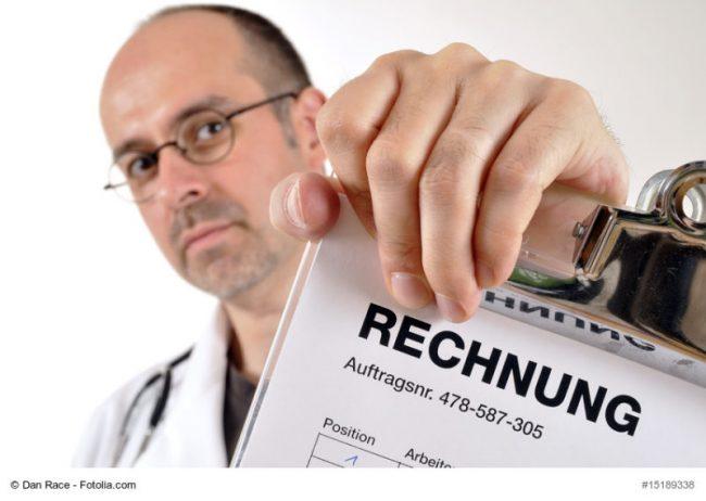 Arzt mit Rechnung
