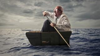 Mann im Anzug im Holzboot