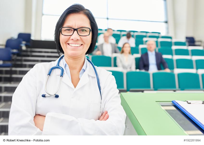 Ärztin als stolze Dozentin im Hörsaal der Universität