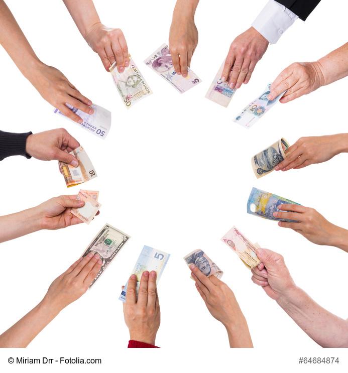 Hände mit vielen Währungen bilden einen Kreis