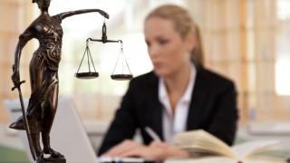Anwältin im Büro