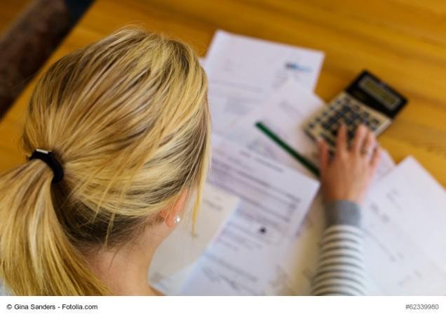 Frau mit Schulden und Rechnungen
