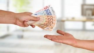 Eine Person gibt einer anderen 350 Euro