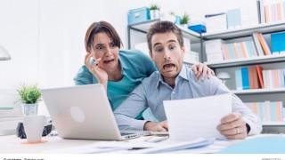 Paar schaut entsetzt auf Rechnung