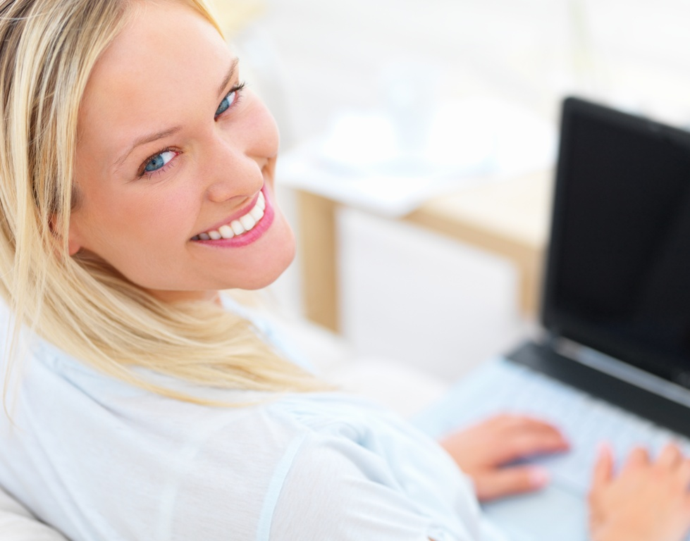 Lächelnde Frau am laptop
