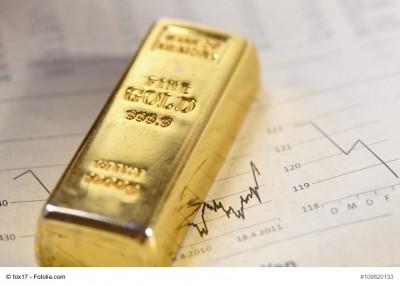 Goldbarren liegt auf Unterlagen