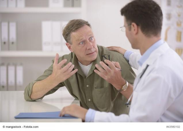 Arzt redet mit aufgeregtem Patienten