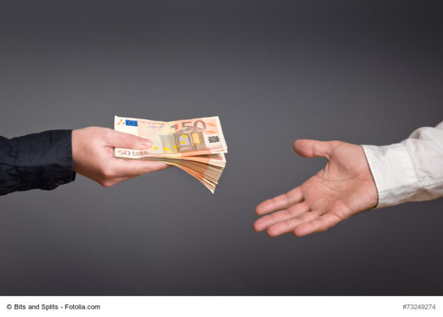 Mann gibt anderen Mann Geldscheine