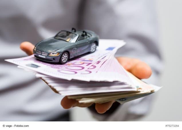 Spielzeugauto auf Geldscheinen