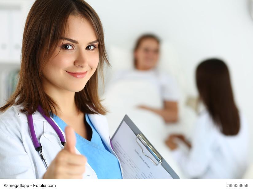 junge Ärztin hebt den Daumen