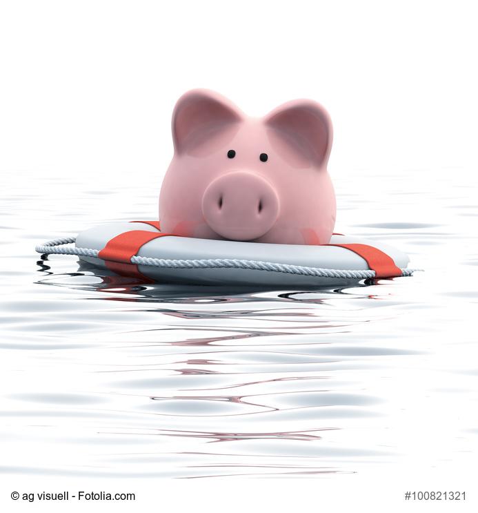 Sparschwein mit Rettungsring schwimmt im Wasser