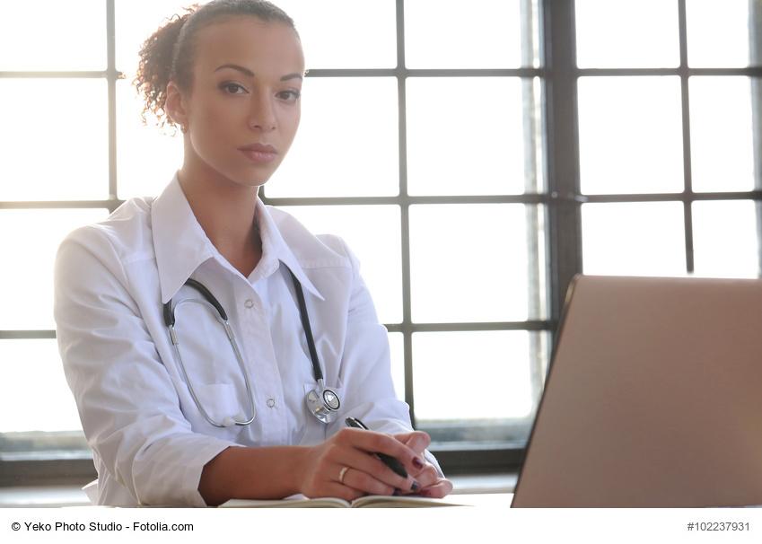 Ärztin schaut missmutig