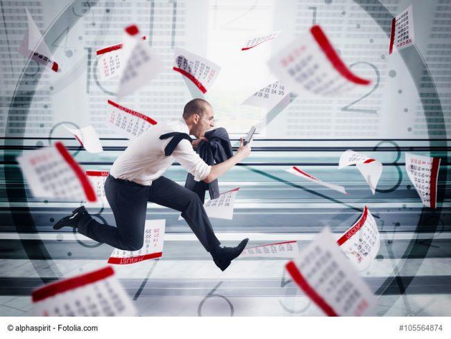 Mann rennt durch Kalenderzettel