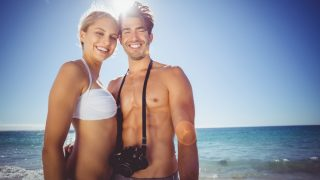 Junges Paar im Urlaub am Meer