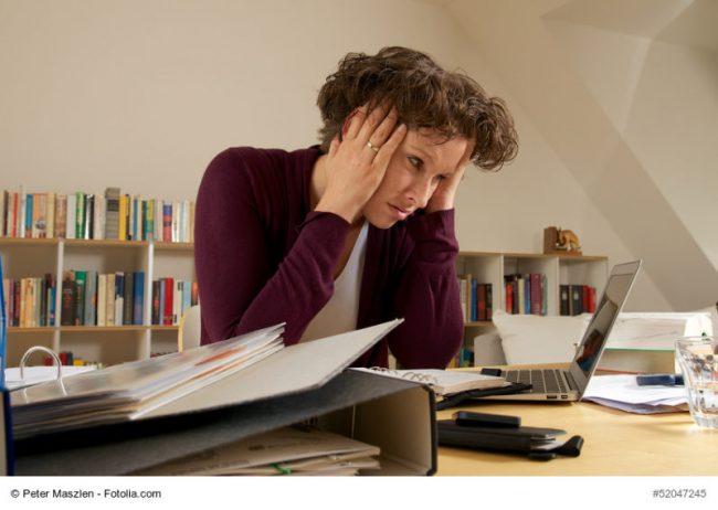 Frau mit Migräne oder Burn-out
