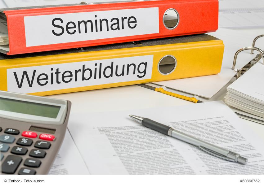 Aktenordner mit der Beschriftung Seminare und Weiterbildung