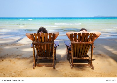 Zwei Menschen im Liegestuhl am Strand