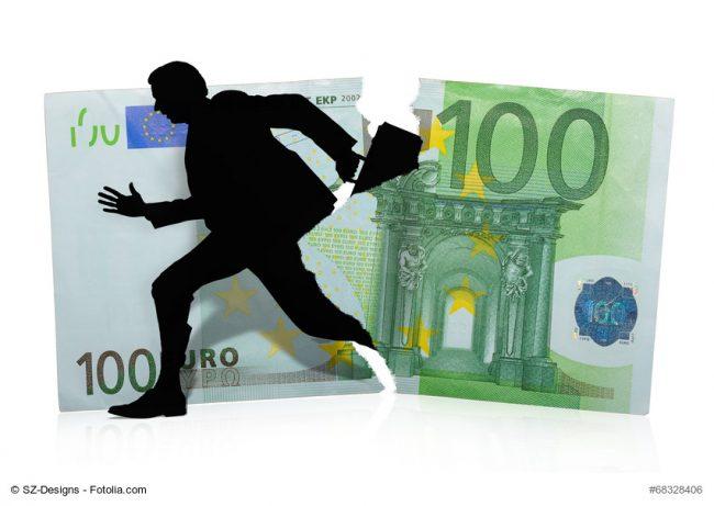 Mann mit Koffer auf der Flucht im Hintergrund Geldschein