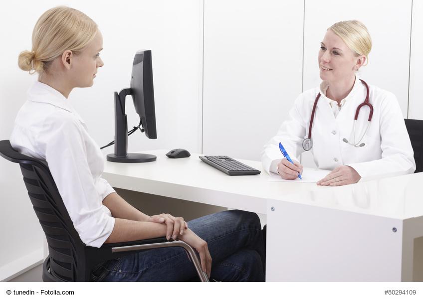 Ärztin im Gespräch mit Patientin