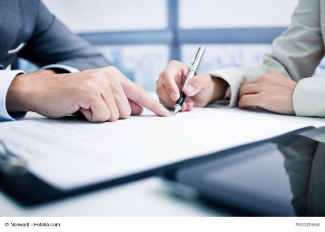 Hand signiert Vertrag