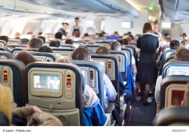 Innenansicht Flugzeug mit Passagieren und Bordcrew