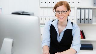 freundliche angestellte am computer
