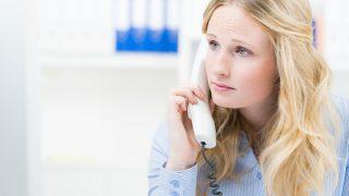 geschäftsfrau hört aufmerksam am telefon zu