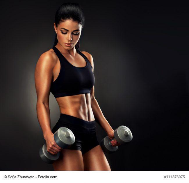 Junge Bodybuilderin beim Training